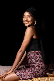 Linda mulher africana de lado