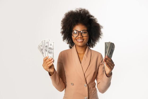 Linda mulher africana de óculos com dólares
