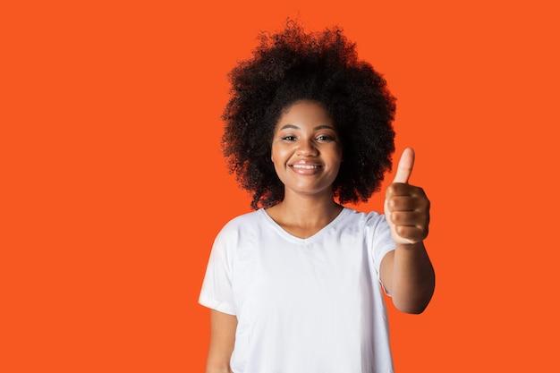 Linda mulher africana em camiseta branca com gesto de mão