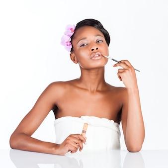 Linda mulher africana em estúdio com maquiagem