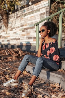 Linda mulher africana olhando para longe