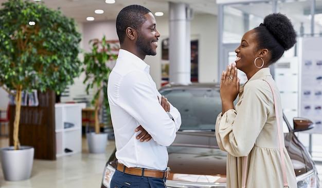 Linda mulher africana pede ao marido para comprar um carro
