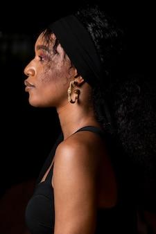 Linda mulher africana vista lateral