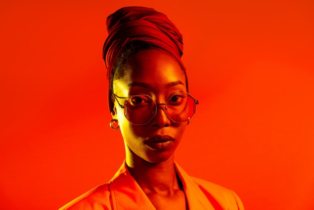 Linda mulher afro-americana com penteado de tranças afro e roupas elegantes