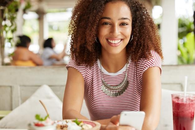 Linda mulher afro-americana em um café