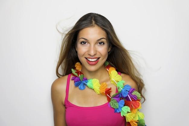 Linda mulher alegre pronta para a festa de carnaval ou aniversário