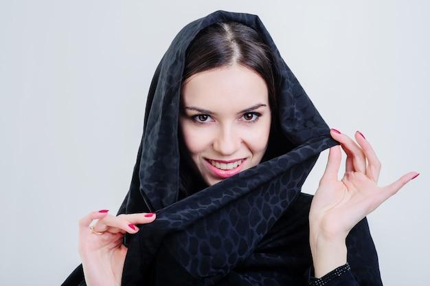 Linda mulher árabe ansiosa isolada em fundo cinza.