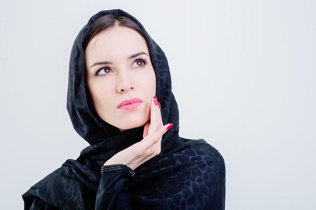 Linda mulher árabe olhando isolada em fundo cinza.