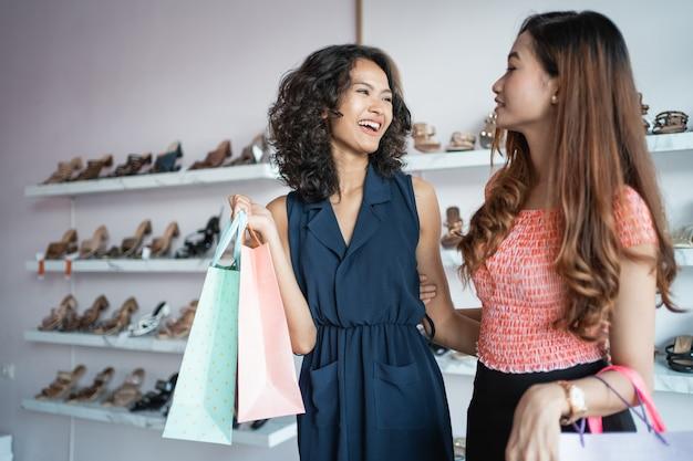 Linda mulher às compras com amigo
