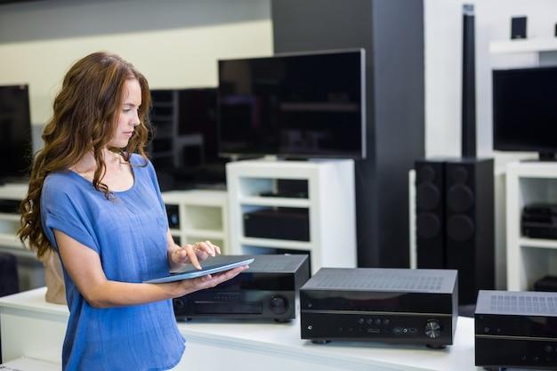 Linda mulher às compras de novos eletrônicos