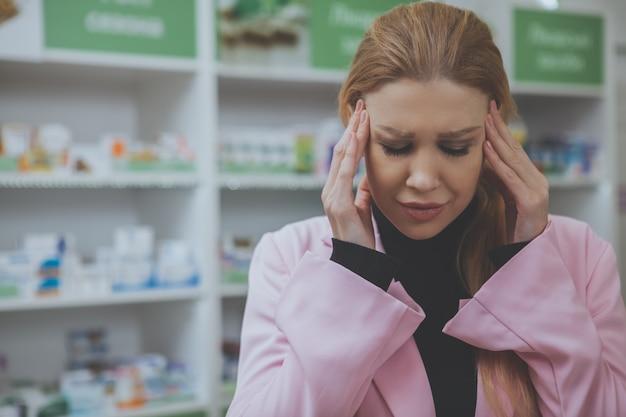 Linda mulher às compras na farmácia