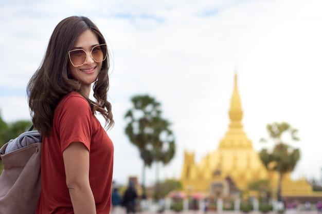 Linda mulher asiática cabelos longos, usando óculos escuros, andando na rua