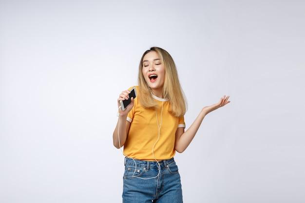 Linda mulher asiática canta uma música, retrato