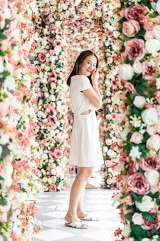 Linda mulher asiática com arcos de flores