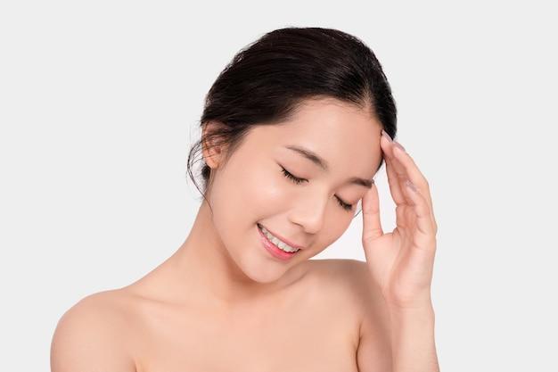 Linda mulher asiática com cara limpa em fundo branco.