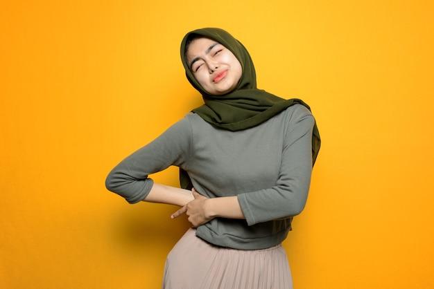 Linda mulher asiática com dor de estômago