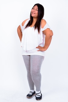 Linda mulher asiática com excesso de peso contra uma parede branca