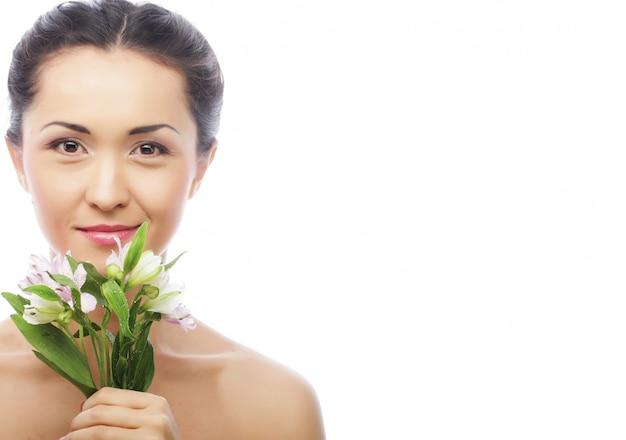 Linda mulher asiática com flores cor de rosa