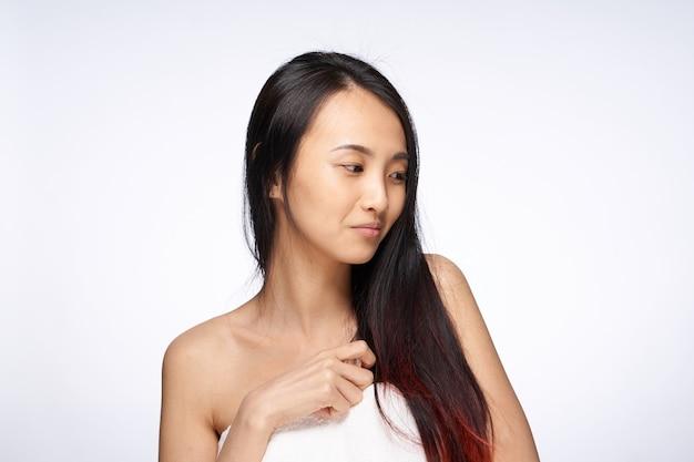 Linda mulher asiática com ombros nus, tratamentos de spa