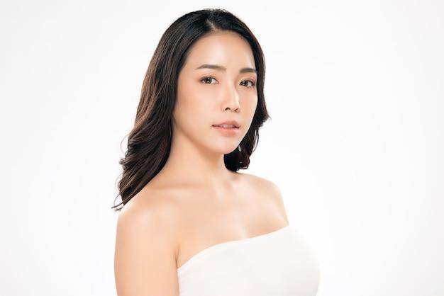 Linda mulher asiática com pele limpa e fresca felicidade e alegre