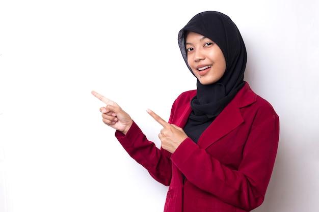 Linda mulher asiática com retrato de hijab no espaço em branco