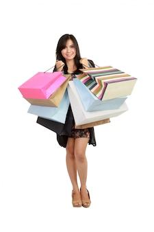Linda mulher asiática com sacos de compras