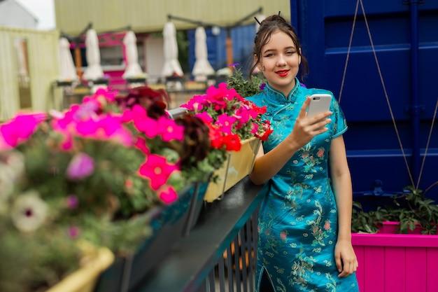 Linda mulher asiática com telefone celular