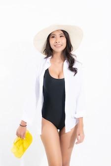 Linda mulher asiática com vestido de maiô preto e chapéu de sol branco