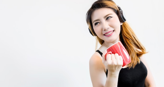 Linda mulher asiática desfrutar de bebida quente café chá em morining relaxar tempo