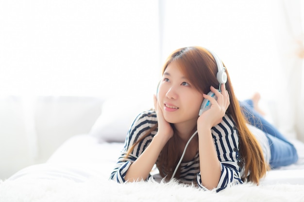 Linda mulher asiática desfrutar e divertido ouvir música