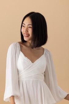 Linda mulher asiática em um vestido branco