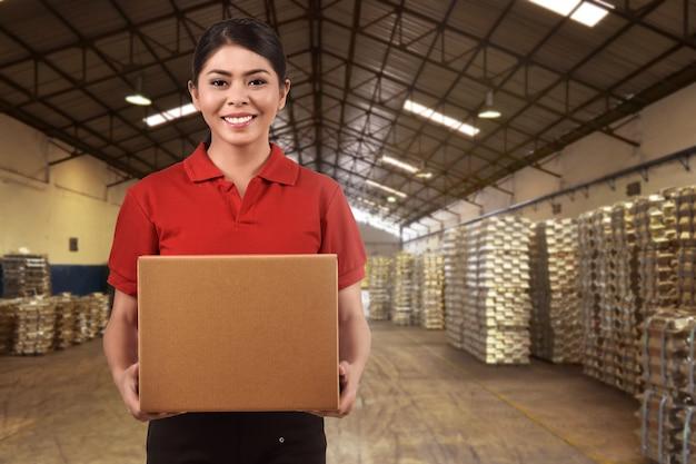 Linda mulher asiática entrega carregando caixas