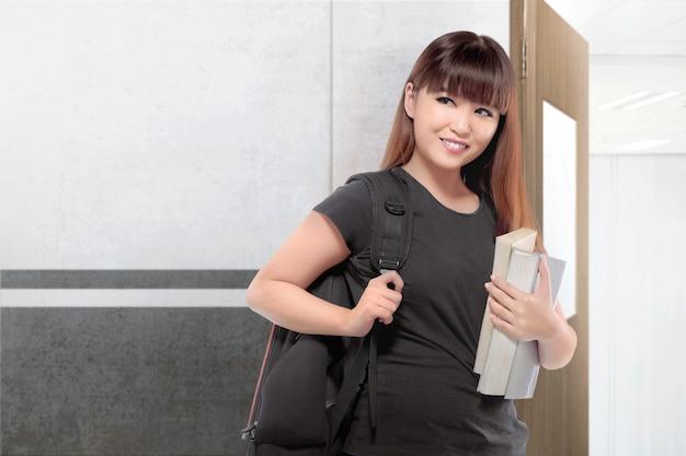 Linda mulher asiática estudante com mochila