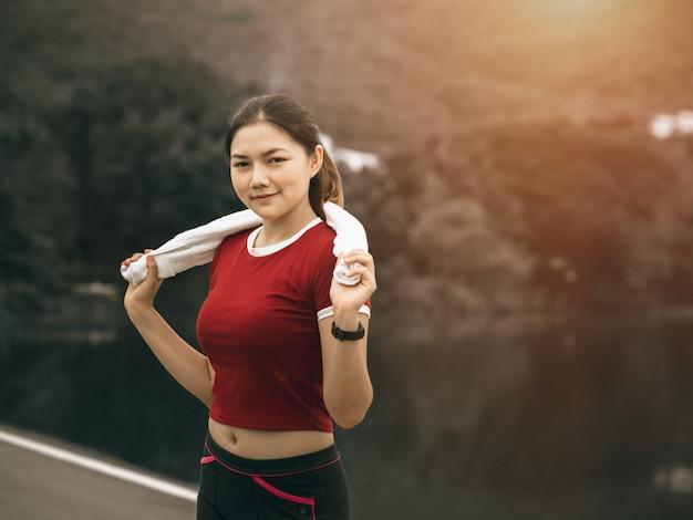 Linda mulher asiática exercícios fora