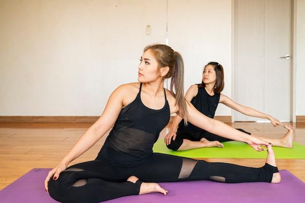 Linda mulher asiática fazendo ioga na sala de estar