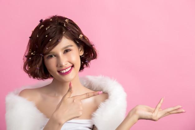 Linda mulher asiática isolada em rosa