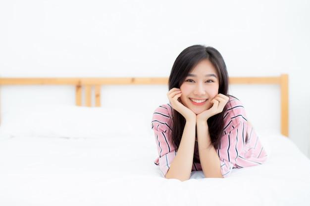 Linda mulher asiática mentindo e sorrir