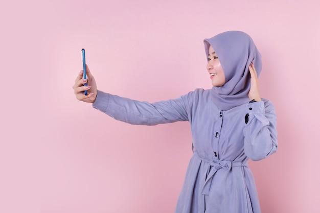 Linda mulher asiática muçulmana em um vestido azul