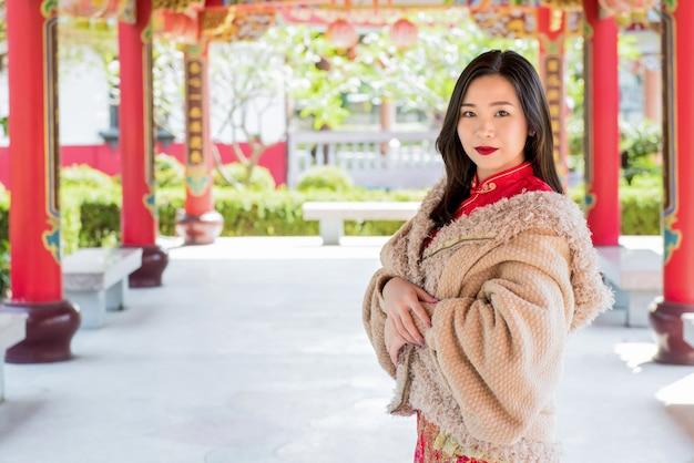 Linda mulher asiática no templo chinês
