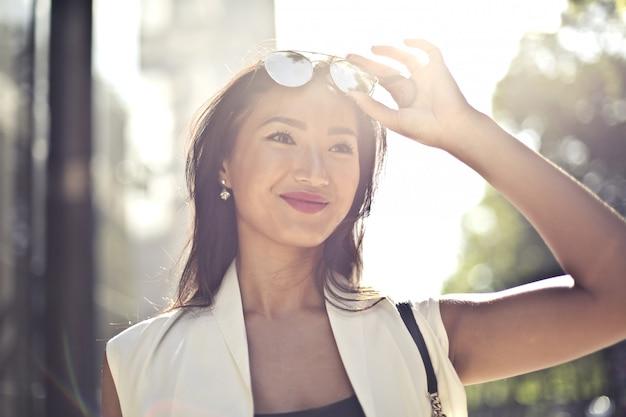 Linda mulher asiática no verão