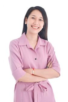 Linda mulher asiática no vestido rosa, fazendo o braço cruzado e sorrindo sobre o espaço em branco.