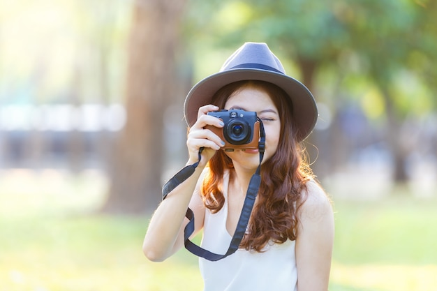 Linda mulher asiática, olhando para a câmera de tela de exibição.