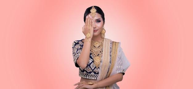 Linda mulher asiática posando em trajes tradicionais