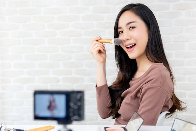 Linda mulher asiática profissional beleza vlogger gravação tutorial de maquiagem