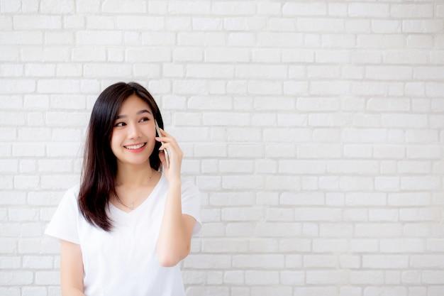 Linda mulher asiática retrato falar telefone inteligente e sorrir