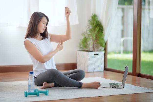 Linda mulher asiática se exercitando em casa para um estilo de vida saudável e moderno