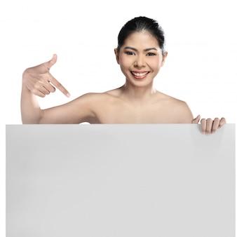 Linda mulher asiática segurando bandeira em branco