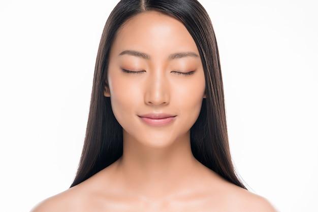 Linda mulher asiática sorridente com maquiagem natural, pele limpa