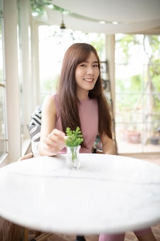Linda mulher asiática sorrindo com felicidade