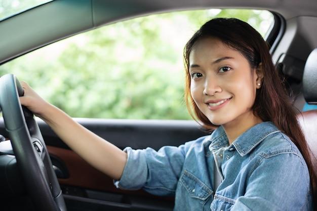 Linda mulher asiática sorrindo